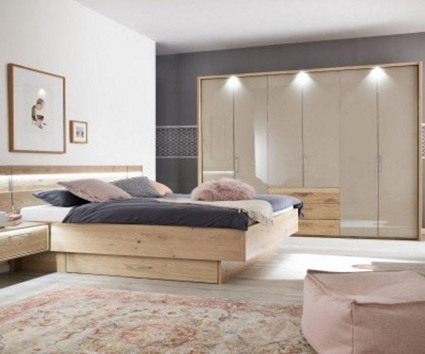 Schlafzimmer Balkeneiche mit Hochglanzabsetzung
